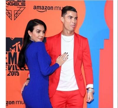 ФОТО+ВИДЕО: Роналдо го украде шоуто- jавно ја погали Џорџина по задникот