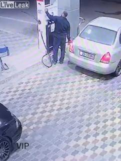 ВИДЕО: Наточил гориво, па побегнал без плаќање – гадно зажалил една секунда подоцна