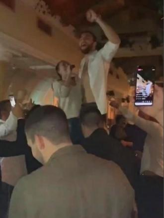 Цеца се качи на стол за да му пее, Вељко ја соблече кошулата- огномет и луксуз на сите страни на ергенската вечер на Ражнатовиќ (ФОТО)