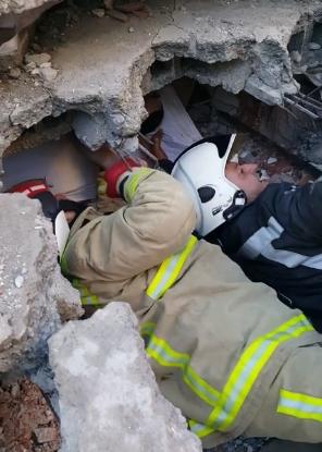 ВИДЕО: Моментот кога спасувачките екипи жив ќе го извадат 33-годишното момче од целосно срушениот хотел во Драч
