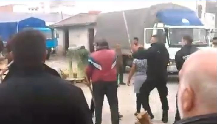 """Ова го нема ниту во Холивуд: Тепачка со стапови на """"Кванташки"""", полицијата се труди да ја смири ситуацијата! (ВОЗНЕМИРУВАЧКО ВИДЕО)"""
