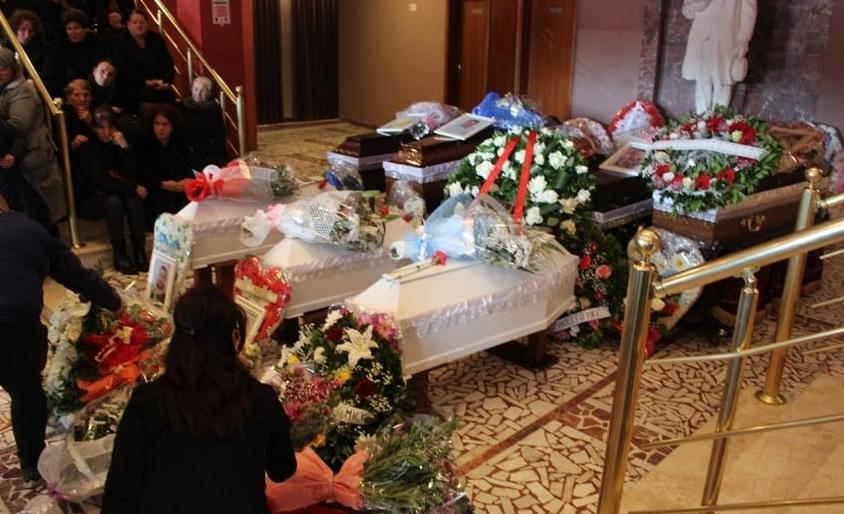 Срцепарателна сторија од Албанија: Децата загинале во прегратките на мртвата мајка, погребано цело семејство