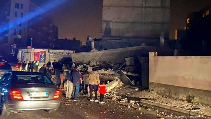 (ВИДЕО) Нов силен земјотрес ја стресе Албанија, распука булевар во Драч