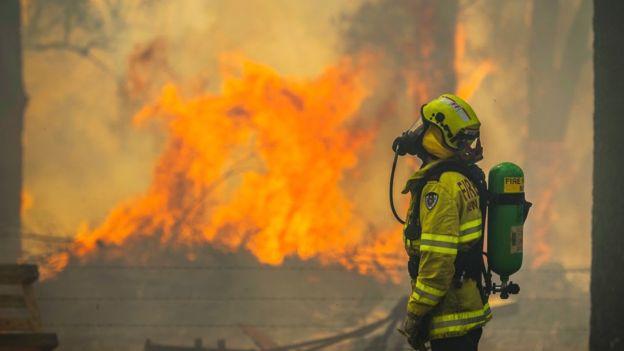 ФОТО: Австралијански пожарникари го разнежнија светот, откако спасиле куќа од пожар на сопственикот му оставиле несекојдневна порака