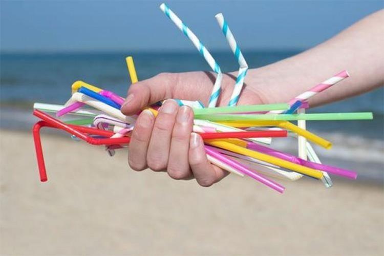 Канада идната година забранува употреба на пластични сламки и кеси