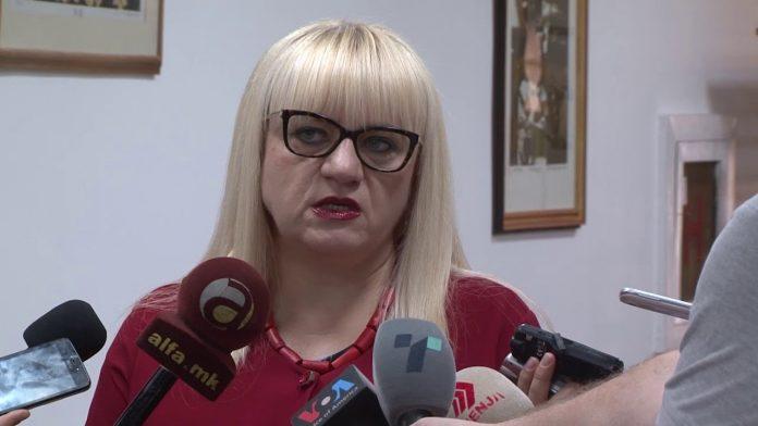 """Социјалните мрежи зовреа: Поздрав до министерката Дескоска и """"цивилот"""" Максути"""