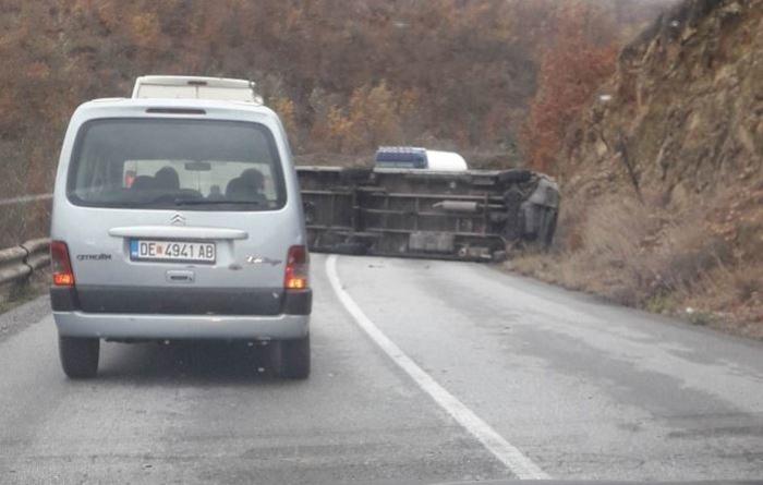 Се преврти комбе на млекара на патот Делчево-Каменица, сообраќајот во прекин во двата правци