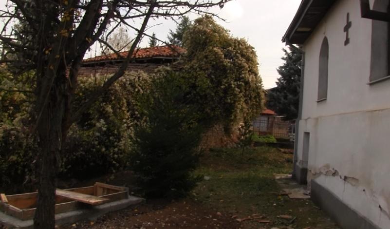 Ископан гроб во дворот на селската црква во Тработивиште, мештаните вознемирени