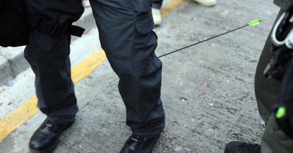 Демонстрантите со стрела погодија полицаец во Хонг Конг