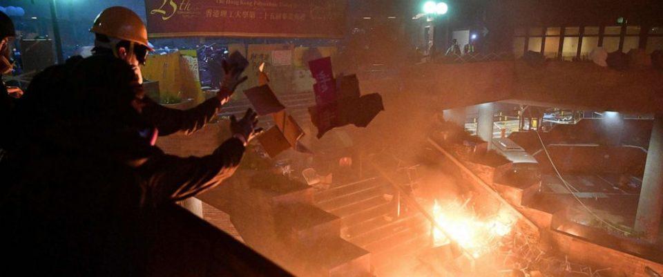 Стотина студенти се уште забарикадирани на Политехничкиот универзитет во Хонг Конг