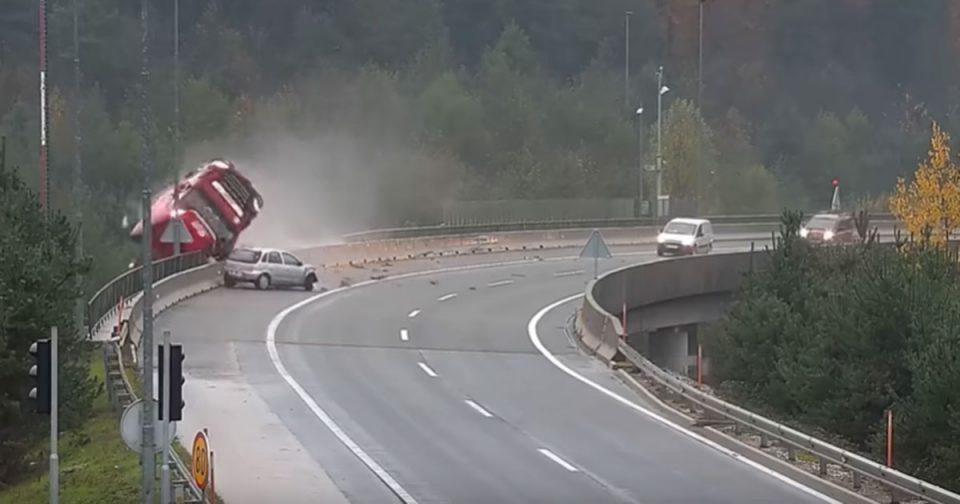 Камион падна од 20 метри висина во Словенија, загина возачот (ВИДЕО)
