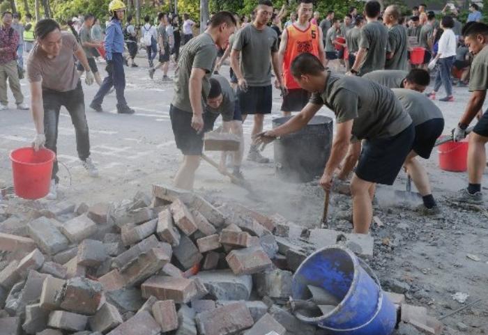 (ВИДЕО) Кинески војници ги чистеа улици во Хонг Конг по протестите