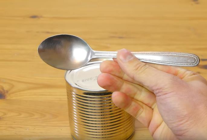 Корисен совет: Отворете конзерва со лажица за 30 секунди (ВИДЕО)
