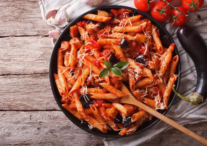 Вечера за половина час: Макарони со модар патлиџан и домати