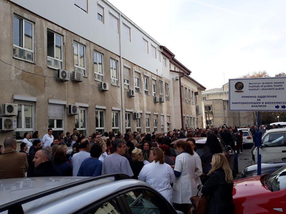 Медицинската администрација од Клинички излезе на протест пред Министерството за здравство
