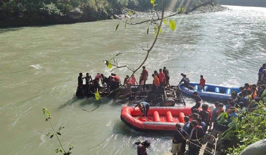 ФОТО: Најмалку 17 загинати во автобуска несреќа во Непал