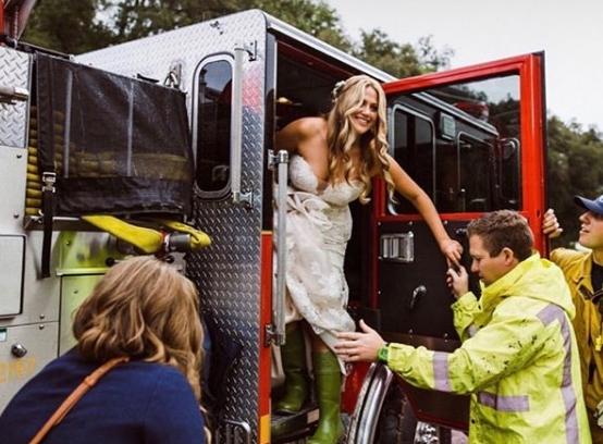 Невеста заглавила во сообраќаен метеж- доцнела на сопствената венчавка, па потоа добила несекојдневна понуда од пожарникарите