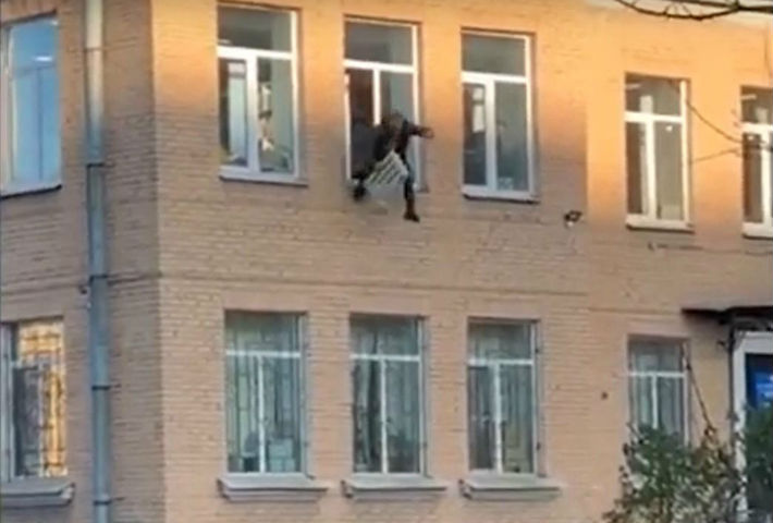 Скокна од прозорецот на полициската станица со радијатор во раката (ВИДЕО)