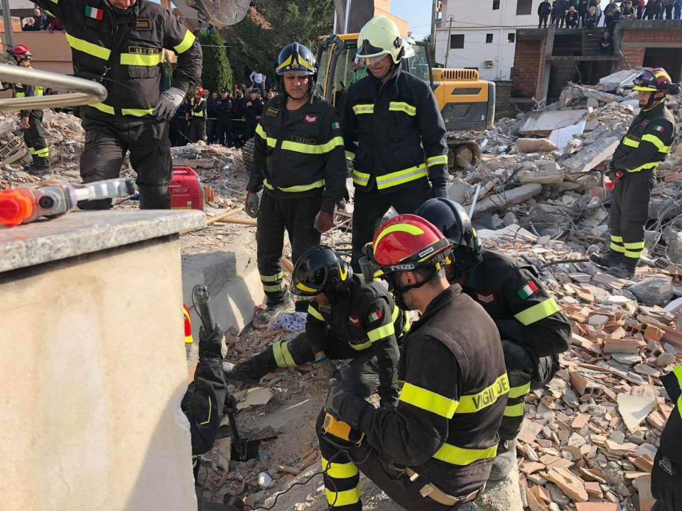 Скопските пожарникари во Албанија ја покажуваат солидарноста на дело