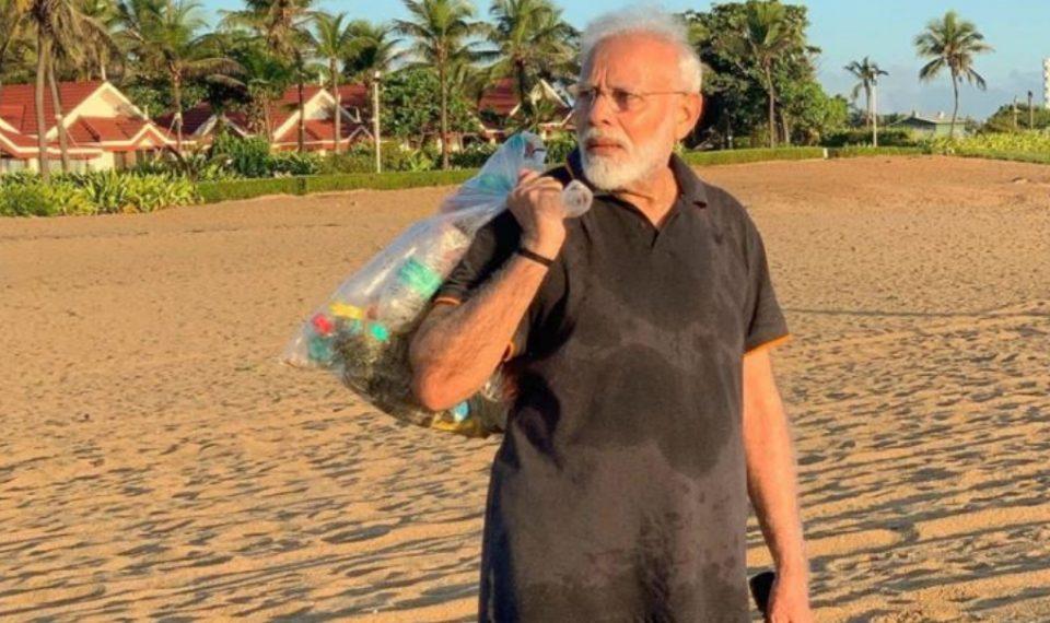 Политичар за пример: Премиерот на Индија собира ѓубре од плажа (ВИДЕО)