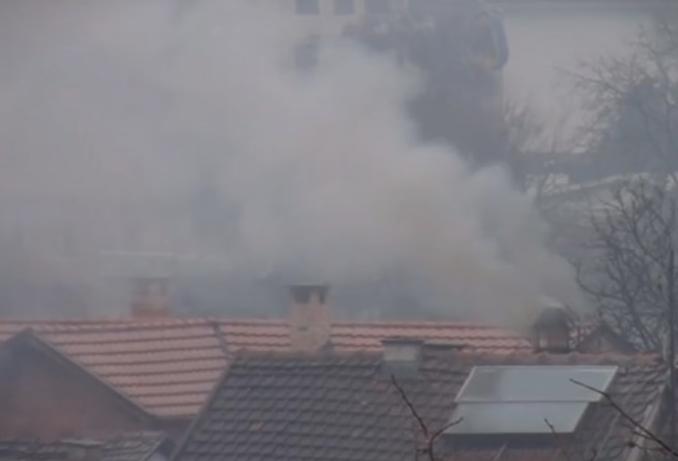 (ВИДЕО) Кој ги труе граѓаните: Во куќа во Сарај се согорува токсичен отпад