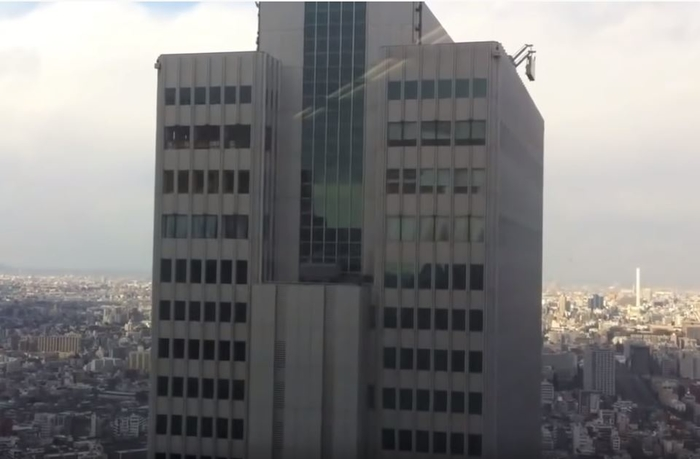 ВИДЕО: Како jапонски облакодер реагира на силен земјотрес