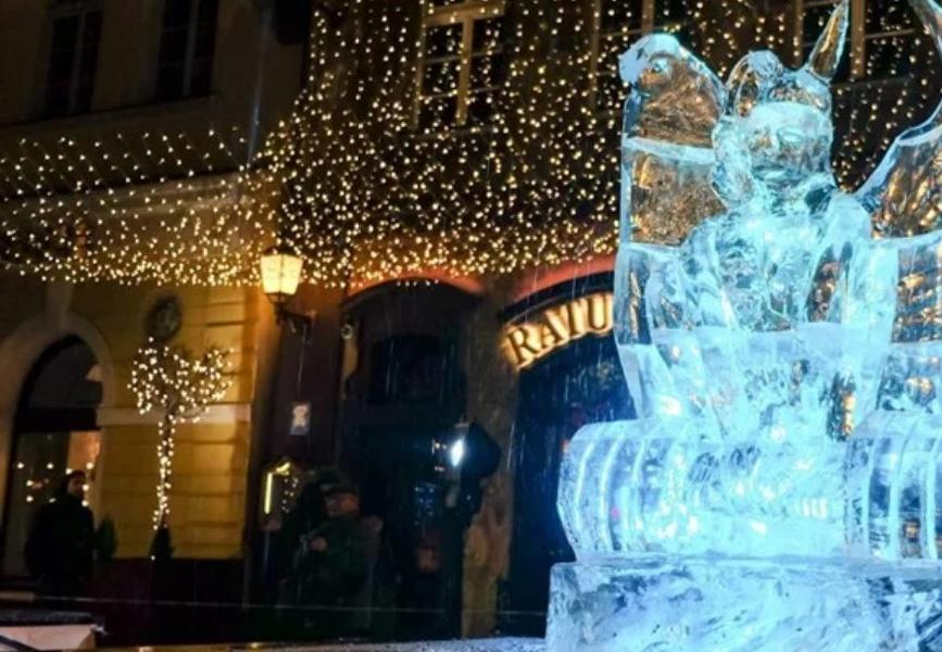 Трагедија: Скулптура од мраз се скрши и уби двегодишно детенце (ВИДЕО)