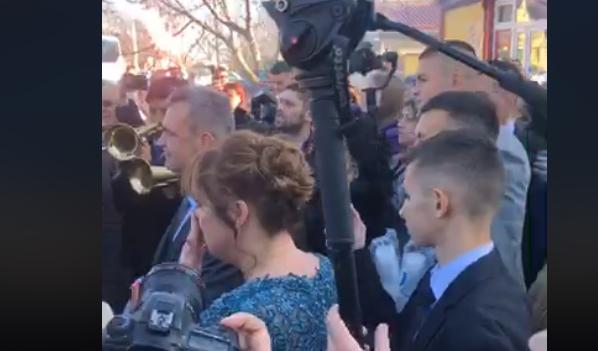ВО ЖИВО: Богдана излезе од својот дом, блесна во венчаницата на Цеца