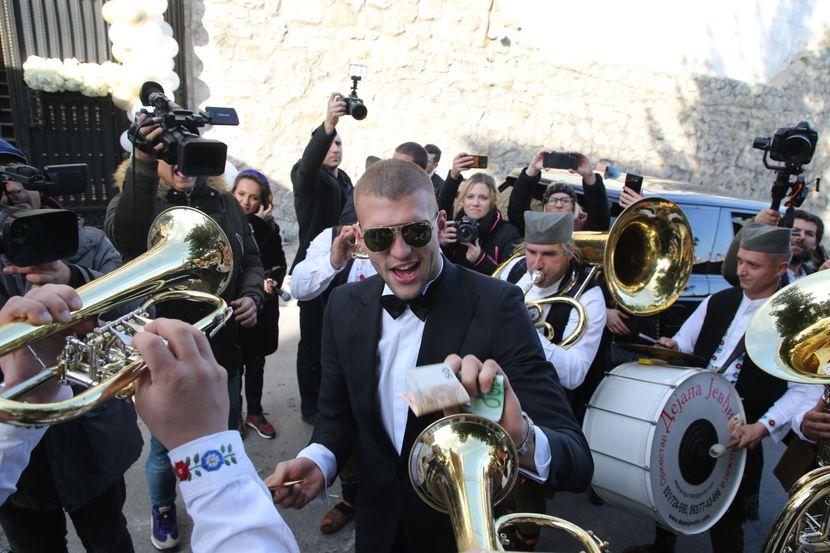 ВИДЕО: Како папараците ја видоа свадбата на Вељко и Богдана