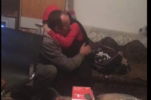 Зад оваа фотографија стои приказна која ќе ве расплаче: Болна прегратка меѓу ќерка и татко кој заминува во затвор