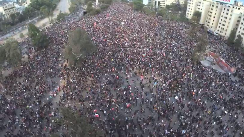 Ова до сега светот го нема видено: Силен земјотрес го погоди Чиле за време на протест, се се тресеше додека луѓето беа на улица (ВИДЕО)