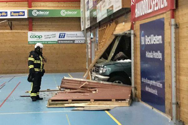 ФОТО+ВИДЕО: Автомобил влета во сала среде ракометен натпревар