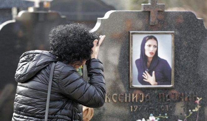Сите зборуваат за овој предмет оставен на гробот на пејачката токму на овој ден- има силна скриена порака, ја оставил непознато момче!