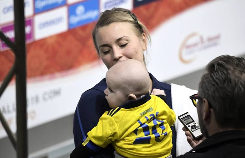 Легендарниот тренер им се налути на ракометарките кои ем играа ем ги доеја своите бебиња- една од нив им одржа и лекција на сите (ФОТО)