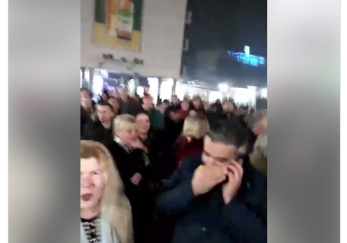 Кумановци на протест додека се одржуваше владина седница- полиција ја обезбедуваше зградата (ВИДЕО)