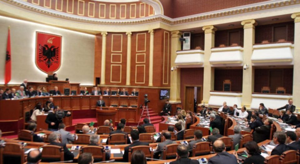 Албанскиот Парламент ги усвои спорните Закони за медиуми