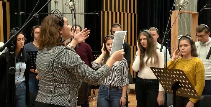 """ВИДЕО: """"Љубојна"""" во возобновување на уште една божиќна песна"""