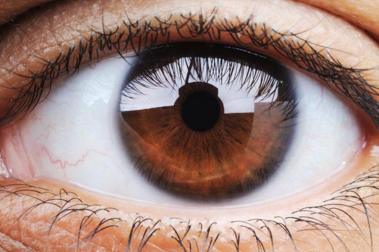 Страдате од депресија во овој период од годината? Виновна е бојата на вашите очи!