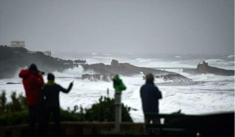 Околу 20.000 француски домаќинства без струја поради бурата Фабиен