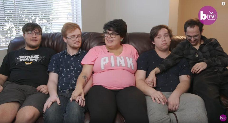 Ова не е нормално: Живее со четворица мажи, со сите има секс, па не знае кој е татко на нејзиното бебе (ВИДЕО)