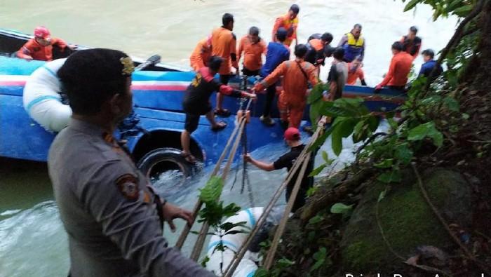 ФОТО: Најмалку 25 загинати откако автобус падна во бездна во Индонезија