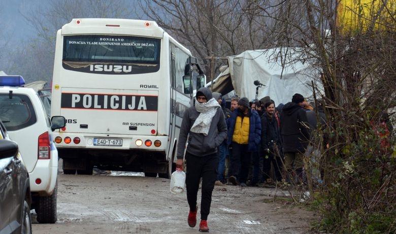 БиХ: Околу 350 мигранти префрлени од кампот во Вучјак во близина на Сараево