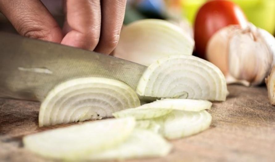 Тајната е во ножот: Како да ви течат помалку солзи додека сечете кромид