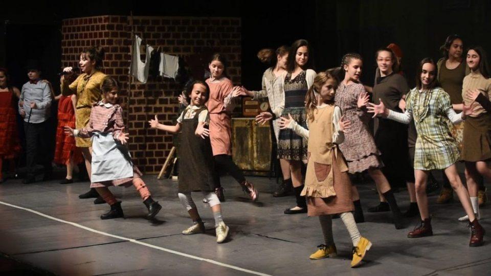 """Бродвејскиот мјузикл """"Ени Јуниор"""" предновогодишно во Филхармонија"""