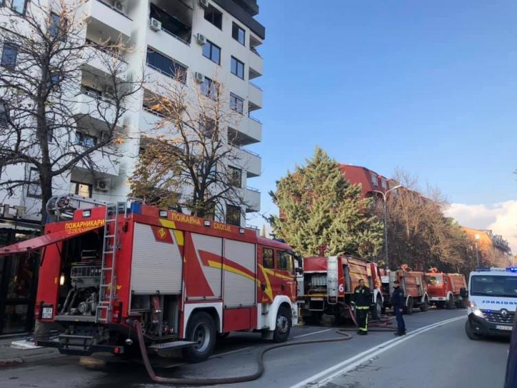 Пожар во зграда во Карпош, 15 пожарникари со 5 возила го гасат огнот (ФОТО)