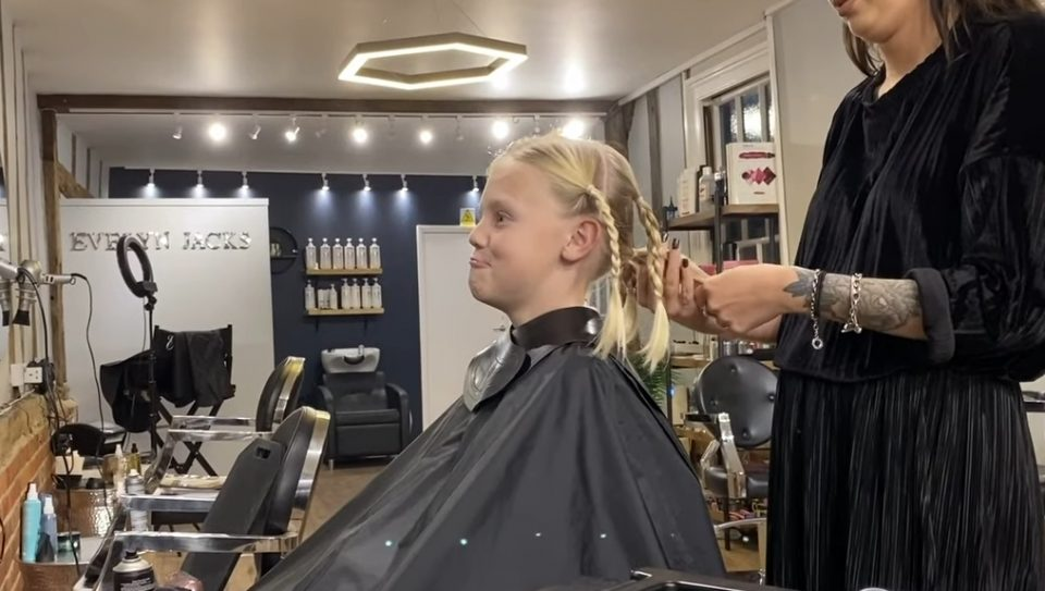 Му се потсмевале дека има долга коса, а кога ја дознаа причината сите се расплакаа (ВИДЕО)