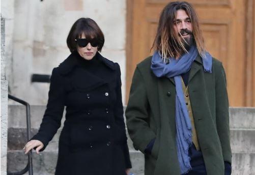 Моника Белучи прошета со своето момче и целосно е невидлива покрај него