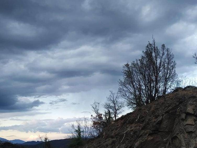 Променливо облачно време, викендов ќе биде потопло