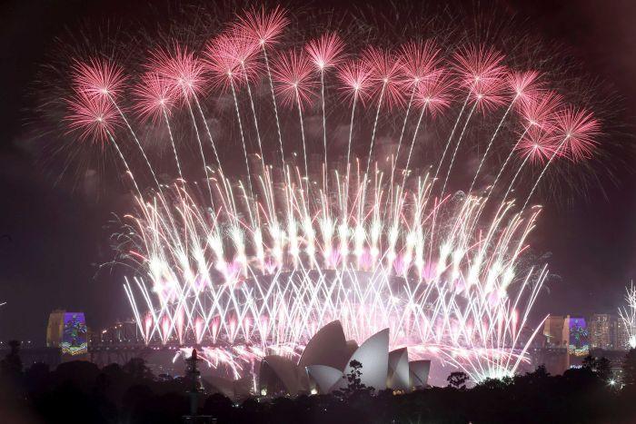 ВИДЕО: Спектакуларен огномет во Нов Зеланд, Новата 2020 дочекана во Кирибати и Самоа