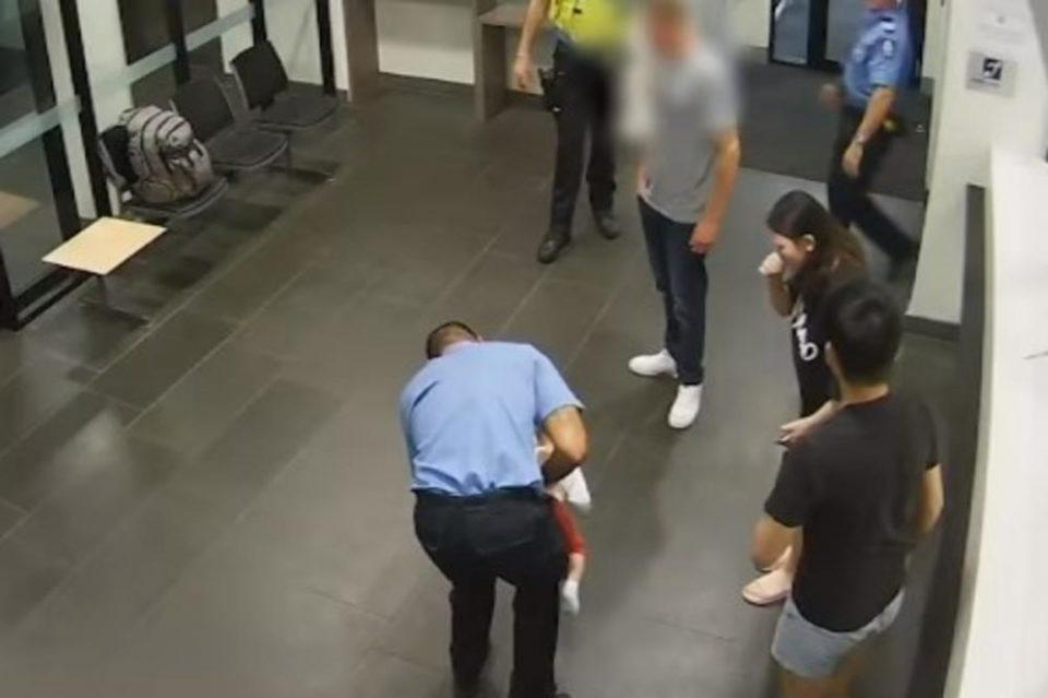 РОДИТЕЛИТЕ ВО ПАНИКА, БЕБЕТО ИМ СЕ ГУШЕЛО: Влегле во полициска станица, а таму нашле херој (ВИДЕО)